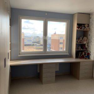 Шкаф вокруг окна 001