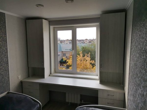 Шкаф вокруг окна 018