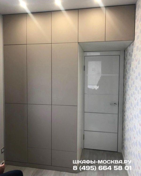 Шкаф вокруг двери 004