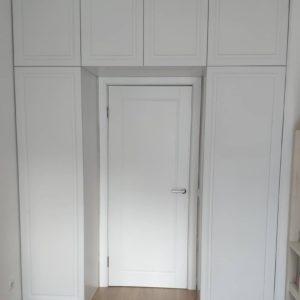 Шкаф вокруг двери 010